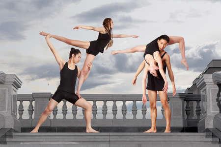 Pareja de danza contemporánea bailando en cuerpo negro Foto de archivo - 82416995