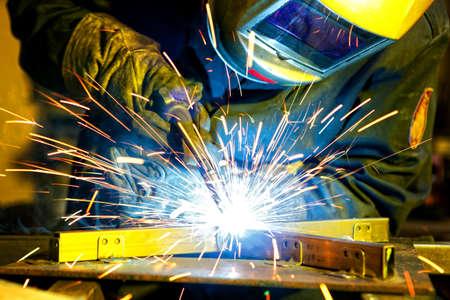溶接技術の鋼を建てます。技術の工場で工業用鋼溶接