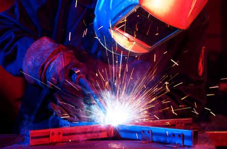 Lasser die technisch staal opricht. Industriële staallasser in technische fabriek Stockfoto