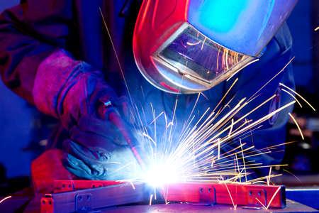 Soudeur érigeant l'acier technique. Soudeur en acier industriel en usine technique Banque d'images - 84131576