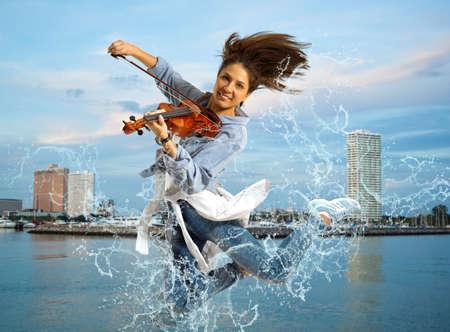 海の背景バイオリンの女性