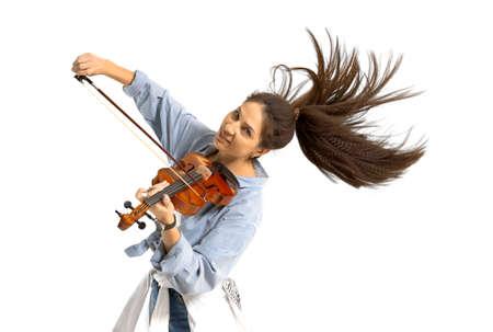 バイオリンを弾く白い孤立した背景でバイオリンを弾く若い女性
