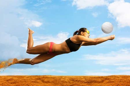 Beachvolleyballspielerin in Aktion