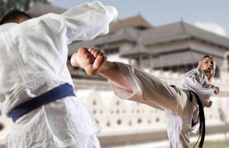 Mujer caucásica en kimono practicando taekwondo. Arte marcial coreano moderno similar al karate Foto de archivo