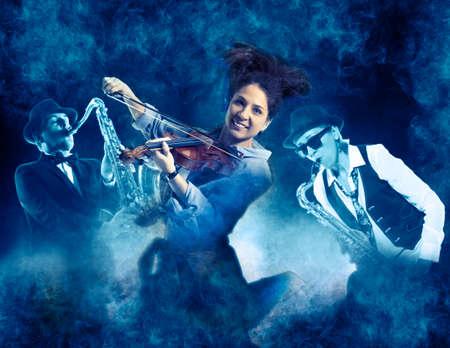 Frau, die Geige auf Rauchhintergrund spielt