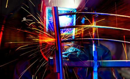 Spawacz montujący stal techniczną. Spawacz stali przemysłowej w fabryce technicznej