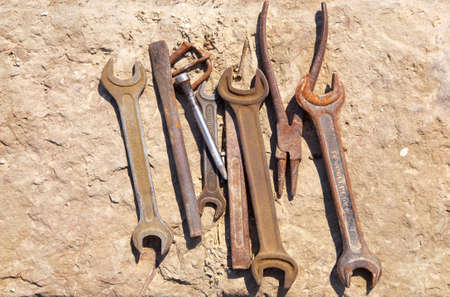 chrom: Assorted old tools on concrete block.