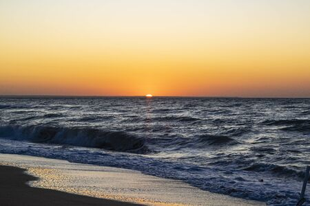 Sunrise over the Black sea, waves on the sandy beach Banque d'images