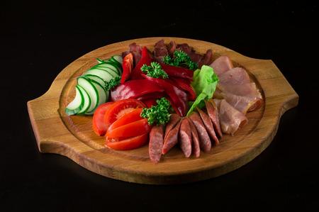 carnes y verduras: Corte de primavera de jamón ahumado, tomates frescos, pepinos, pimiento rojo