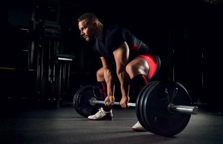 atleta en el gimnasio está preparado para realizar un ejercicio realiza ecológico