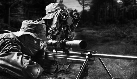 Sniper together with the gunner took the position and expect the target. Imagens - 115842798