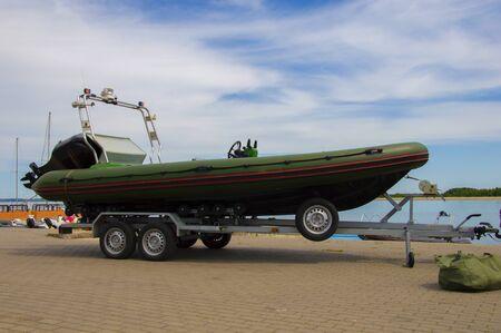 Polizeiboot. Das Konzept des Grenzschutzes, des illegalen Handels, der Terrorismusbekämpfung, der Politik. Gemischte Medien Standard-Bild