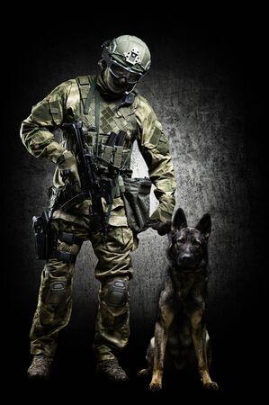 Adiestrador de perros posando en el estudio con un pastor entrenado. El concepto de protección de fronteras, aeropuertos, despacho. Técnica mixta