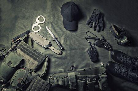 Equipo militar o concepto de engranaje de agente especial fondo plano laico con espacio de copia. Técnica mixta