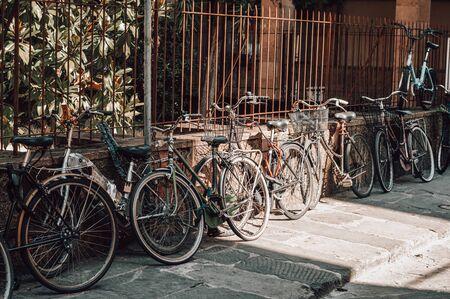 Die Straße von Florenz ist voll von Fahrrädern. Tourismus- und Reisekonzept. Gemischte Medien