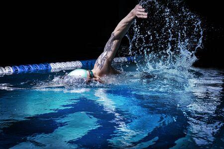 Mann kriecht. Wassersportkonzept. Gemischte Medien Standard-Bild
