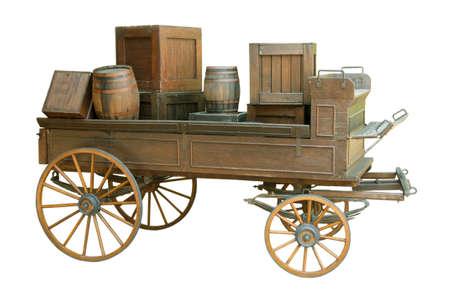 Vecchio carrello con botti di legno su sfondo bianco.
