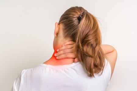 Frau mit der Muskelverletzung, die die Schmerz in ihrem Hals hat