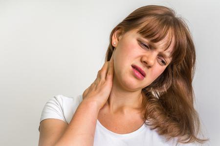 Frau mit Schmerzen im Nacken - Körperschmerzen Standard-Bild - 73373701