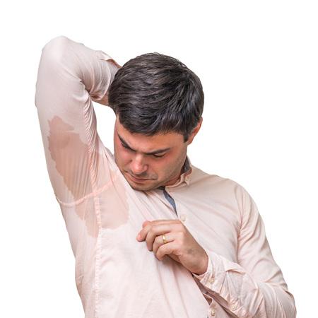 Junger Mann mit Schwitzen unter Achselhöhle in rosa Hemd isoliert auf weiß