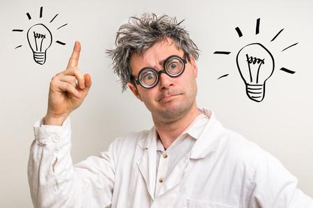 狂気の科学者が研究室では電球のシンボルと素晴らしいアイデアを得た