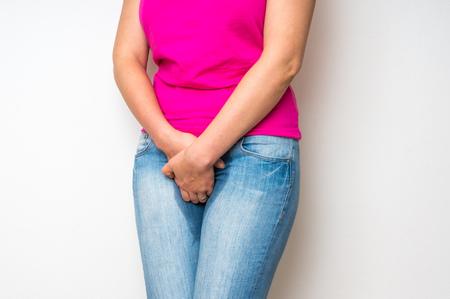 おしっこ - 失禁概念に彼女の女性両手彼女の股の