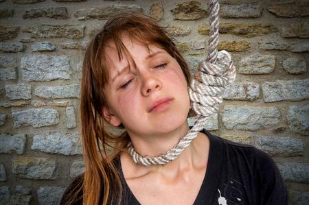 Femme déprimée avec un n?ud coulant au cou - concept de suicide Banque d'images - 74581544