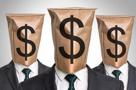 3 つのビジネス マンの頭の上の紙袋 - ドル記号