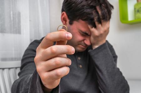 Hombre triste con el anillo de bodas - concepto de divorcio Foto de archivo