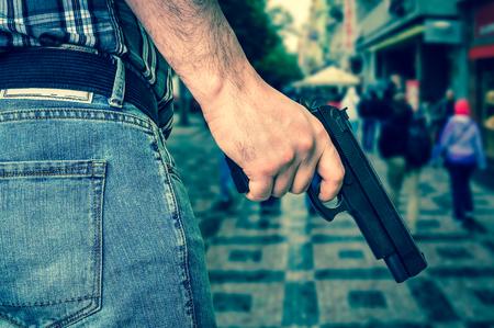 ピストルとストリート - 殺人と犯罪概念 - レトロなスタイルの人々 の群衆とのキラー