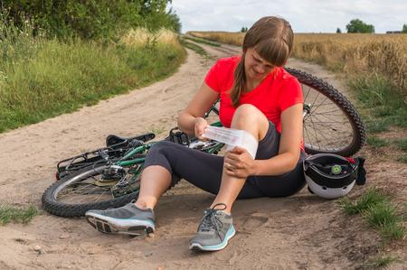 若い女性山自転車 - 自転車の事故から落ちて