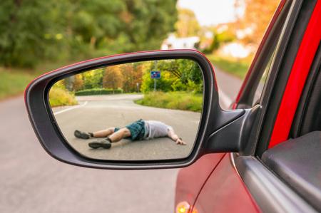 Rétroviseur avec un homme frappé par une voiture - concept d'accident de voiture