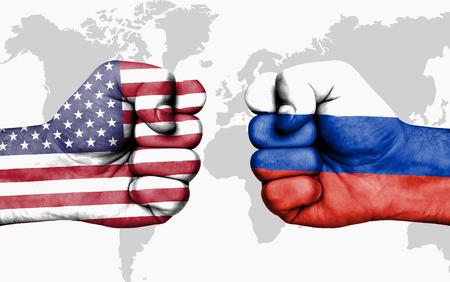 Conflitto tra USA e Russia, pugni maschi - concetto di conflitto di governo Archivio Fotografico - 88053911