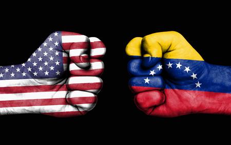 Conflicto entre EE. UU. Y Venezuela, puños masculinos: concepto de conflicto entre los gobiernos