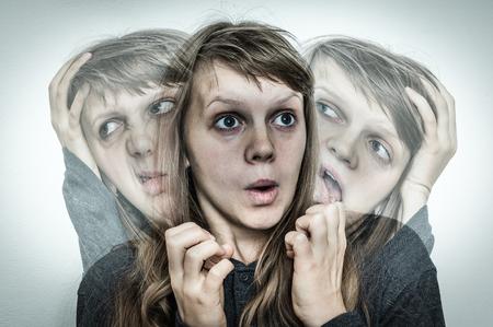 Kobieta z rozszczepioną osobowością cierpi na schizofrenię - pojęcie choroby schizofrenii Zdjęcie Seryjne