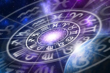 Astrologische Sternzeichen innerhalb des Horoskops kreisen auf Universumhintergrund - Astrologie- und Horoskopkonzept ein