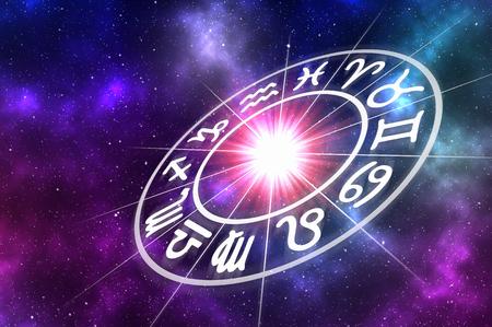 Astrologische dierenriemtekens binnen van horoscoopcirkel op universumachtergrond - astrologie en horoscopenconcept Stockfoto
