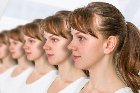 una gran cantidad de mujeres en una fila - concepto de técnica provocativa Foto de archivo