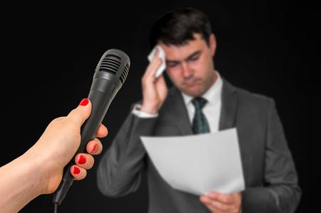 Nervöser Mann schwitzt, er hat Angst vor öffentlicher Rede Standard-Bild
