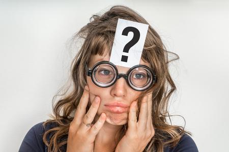 La femme cherche une solution au problème avec un point d'interrogation sur papier sur son front Banque d'images