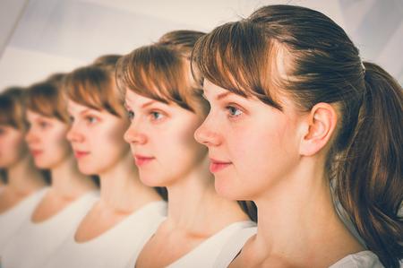 Muchas mujeres seguidas - concepto de clon genético - estilo retro