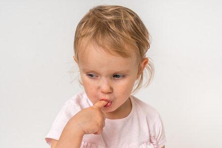 Bebé con el dedo dentro de la boca - concepto de higiene Foto de archivo