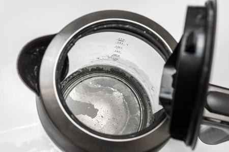 Cal en el fondo del hervidor: agua dura y concepto de calcio