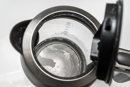 Calcare sul fondo del bollitore - concetto di acqua dura e calcio