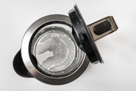 Calcare sul fondo del bollitore - concetto di acqua dura e calcio Archivio Fotografico