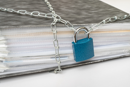 File bloccati con catena e lucchetto: concetto di sicurezza dei dati e della privacy