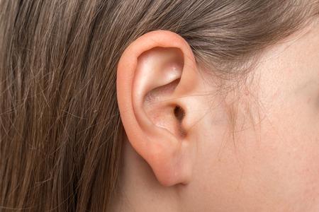 Primo piano della testa umana con orecchio femminile - concetto di ascolto o sordità