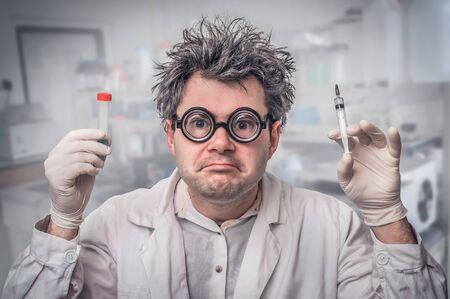 Junger verrückter Wissenschaftler führt Experimente in seinem Labor durch Standard-Bild