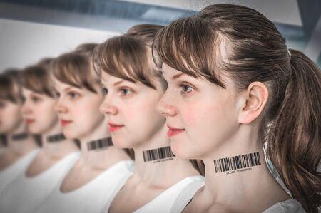 Muchas mujeres en una fila con código de barras en el cuello - concepto de clon genético