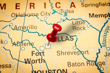 PRAGUE, CZECH REPUBLIC - JANUARY 12, 2019: Red thumbtack in a map. Pushpin pointing at Dallas city in Texas, America. Banco de Imagens